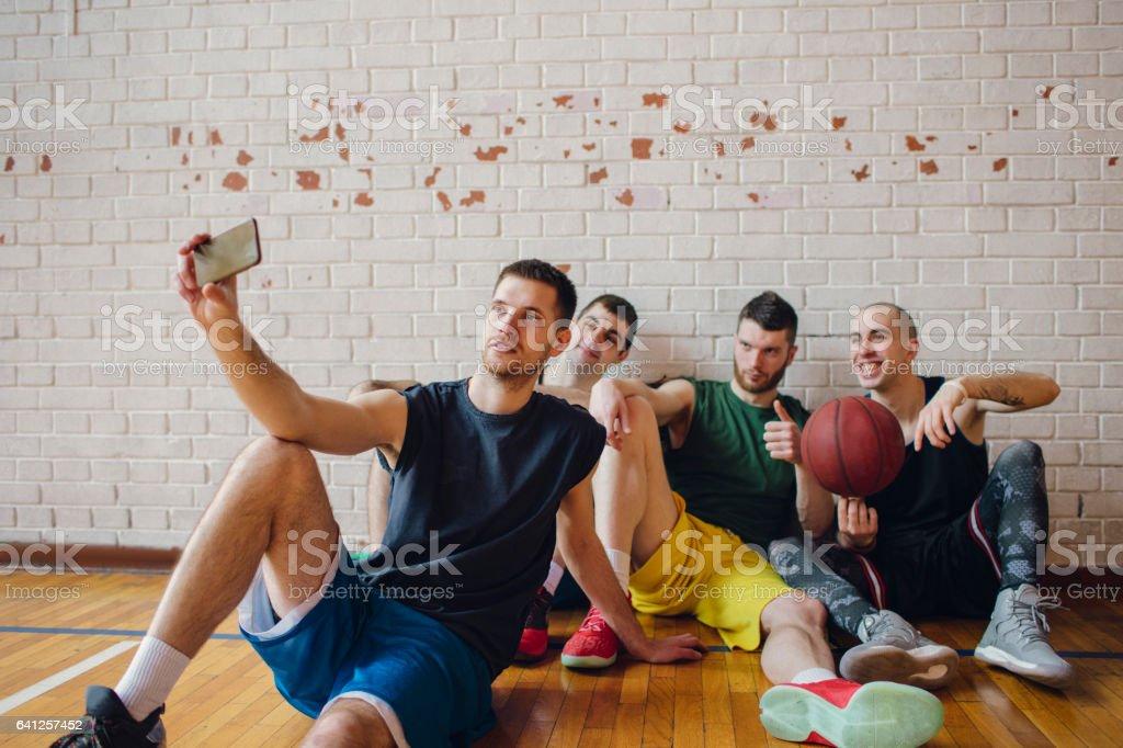 Gruppe der Basketball-Spieler machen selfie – Foto