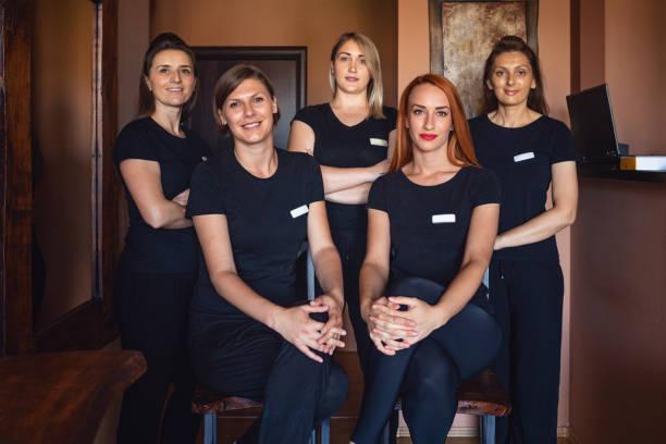Gruppe von schönen Massagetherapeuten in einem Beauty-Spa – Foto