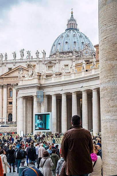 grupa believers w plac świętego piotra - pope francis zdjęcia i obrazy z banku zdjęć