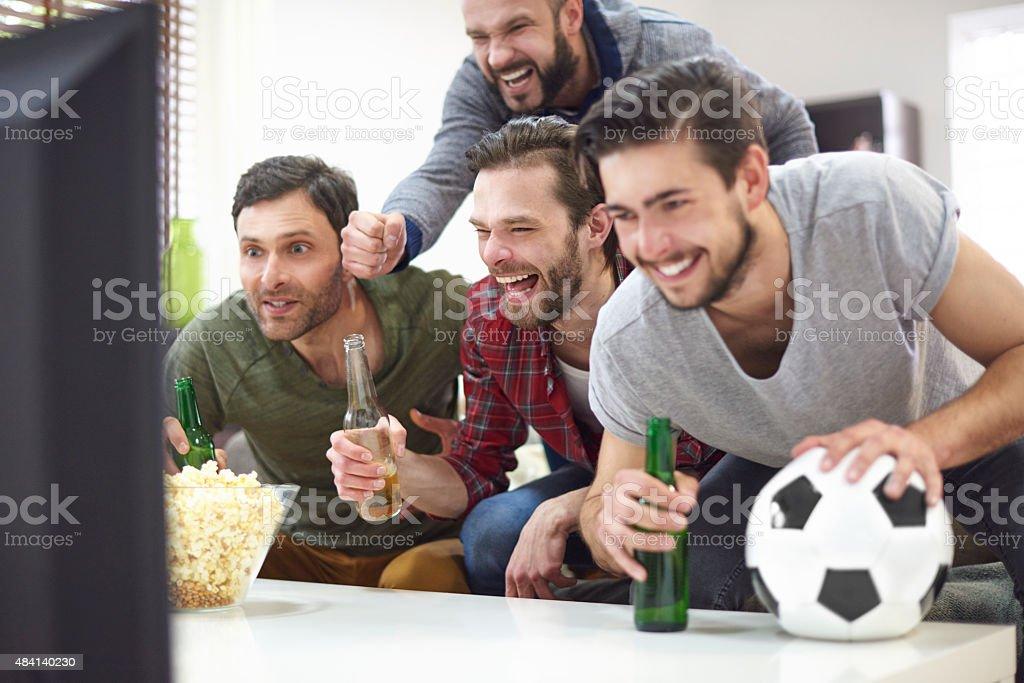 Grupo de mejores amigos viendo partido en el televisor - foto de stock