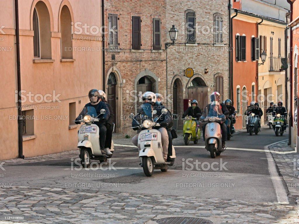 Grupo De Motociclistas Montando Scooters Italianos Vintage