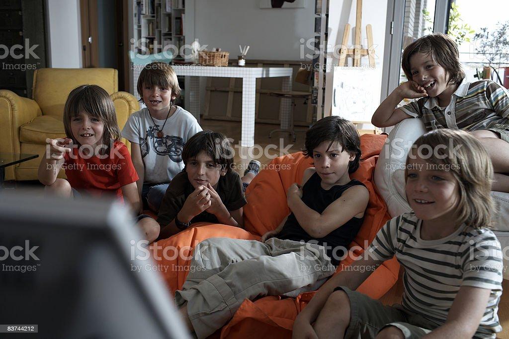Gruppo di ragazzi guardando la televisione foto stock royalty-free