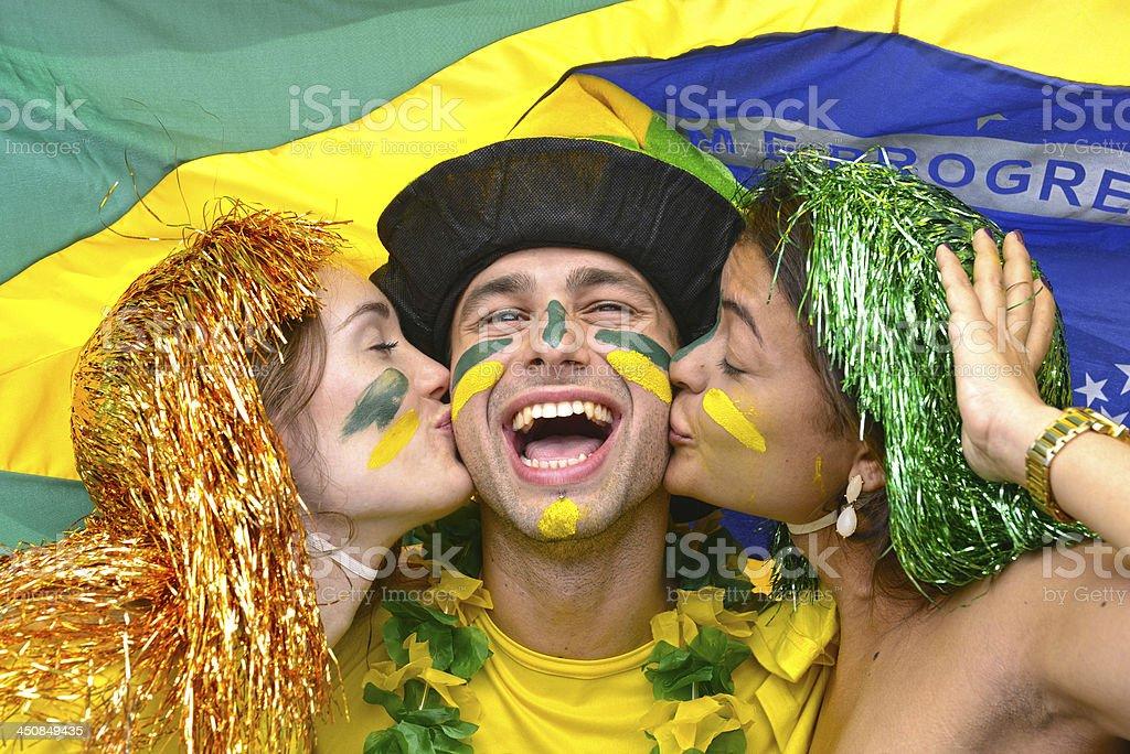 Grupo de Brasil, los fanáticos del fútbol celebrando la victoria besar sí. - foto de stock