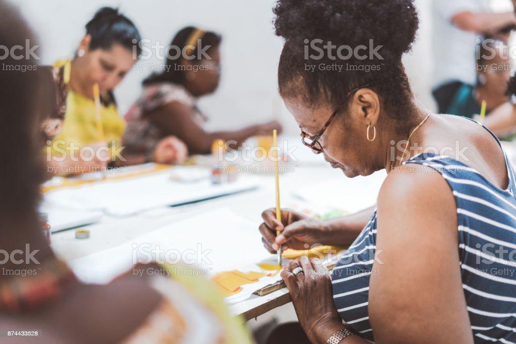 Gruppe von brasilianischen Frauen malen Textilien im Arbeitszimmer des Sozialprojekt – Foto