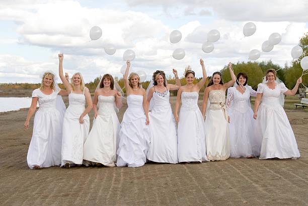 Gruppe von Braut am Strand – Foto