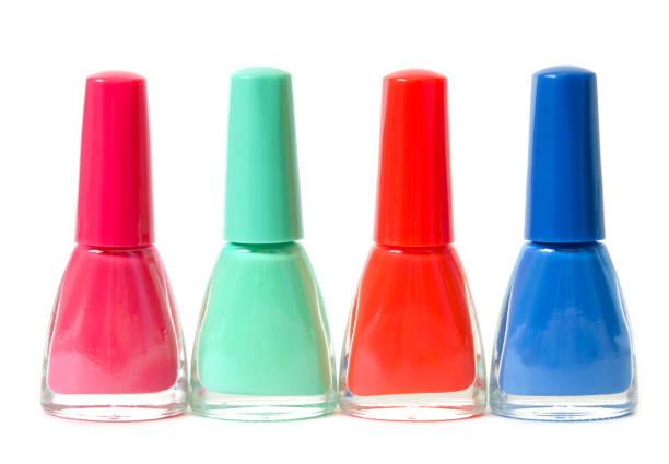 gruppe von hellen nagellacken isoliert auf weiß. das konzept der mode- und schönheitsindustrie. - bild - nägel glitzer stock-fotos und bilder