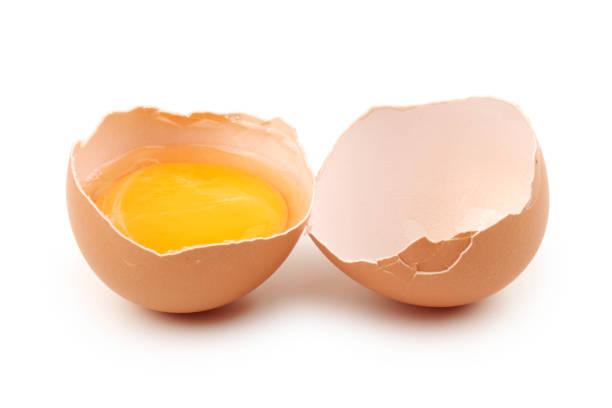 grup kahverengi ham yumurta, bir kırık, izole beyaz olduğunu - yumurta sarısı stok fotoğraflar ve resimler