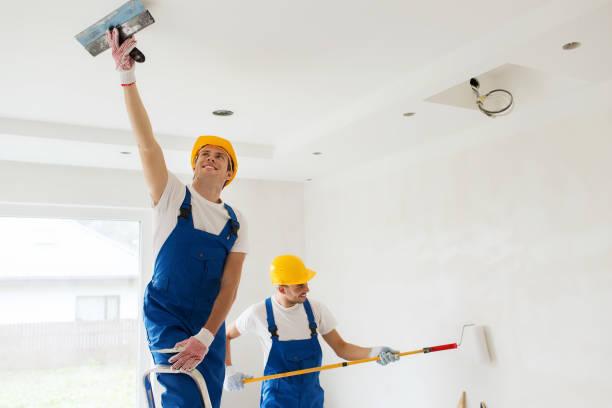 Gruppe der Bauherren mit Werkzeugen im Haus – Foto