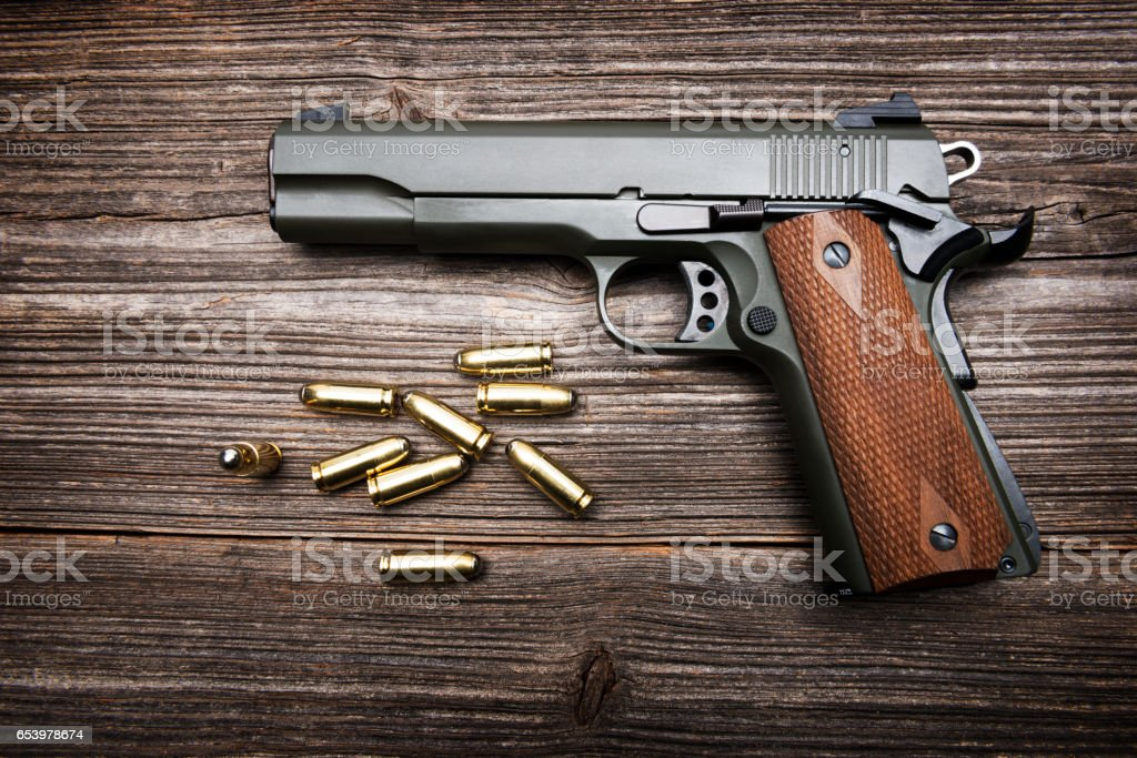 Grupo de las balas y pistola sobre fondo de madera - foto de stock