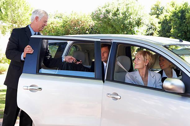 grupo de colegas de negocios viaje en automóvil de agrupamiento. de trabajo - uso compartido del coche fotografías e imágenes de stock