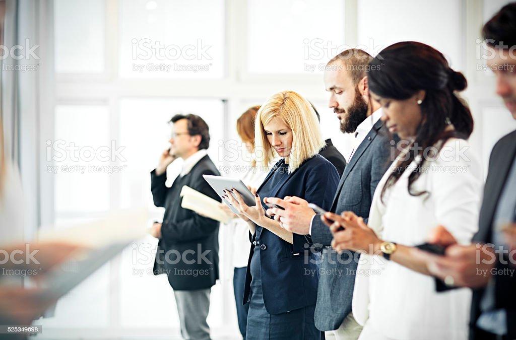 Eine Gruppe von Geschäftsleuten im Büro kommunizieren. – Foto