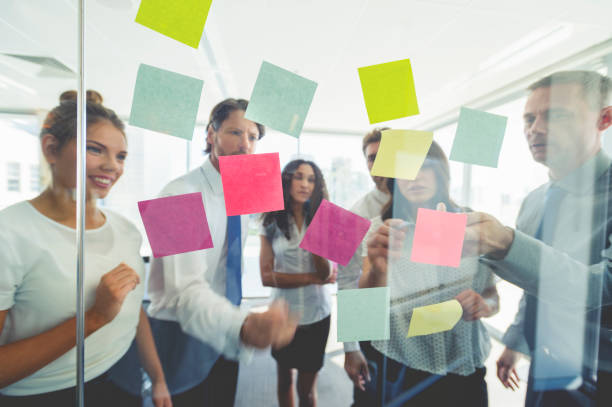 grupo de gente de negocios de discusión de ideas. - design thinking fotografías e imágenes de stock