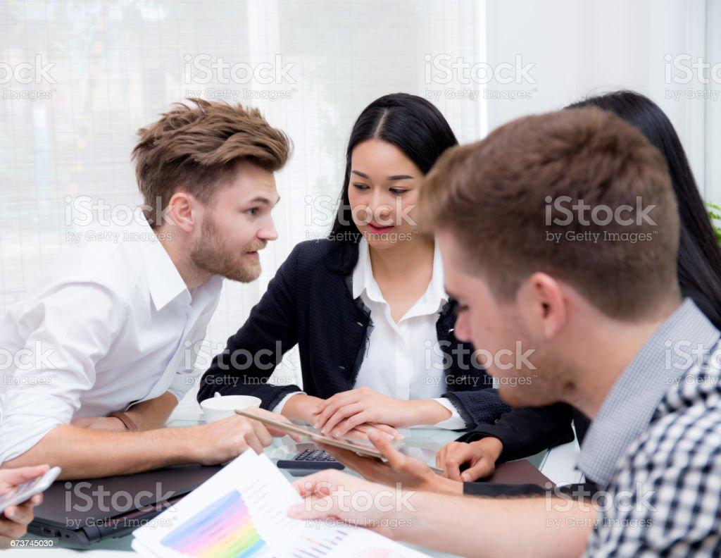 Grup iş adamları birlikte toplantı odasında beyin fırtınası. royalty-free stock photo