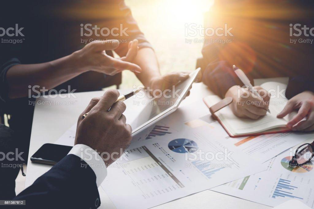 Groupe de gens d'affaires occupés à discuter la question financière au cours de la réunion. Concept de réunion Organisation corporative avec ton vintage - Photo