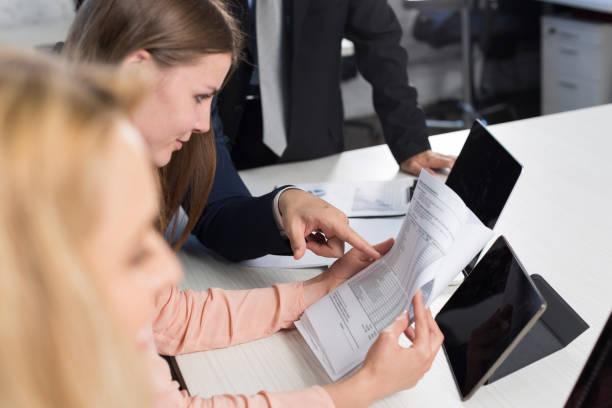 gruppe von geschäftsleuten, die dokumente über treffen in kreative büro am schreibtisch, geschäftsleute brainstorm konzept, planung startup-team zu diskutieren - lesen arbeitsblätter stock-fotos und bilder