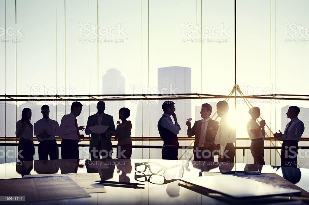 Gruppe von Geschäftsleuten im Büro sprechen – Foto