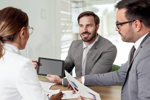Gruppe von Geschäftsleuten, die Strategien diskutieren – Foto