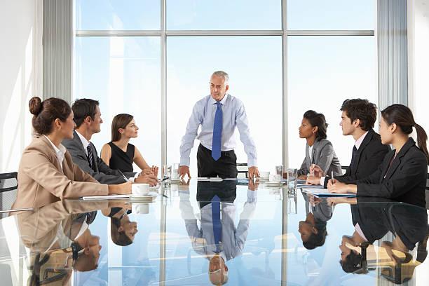 gruppo di uomini d'affari avendo una riunione - amministratore delegato foto e immagini stock
