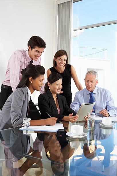 gruppo di uomini d'affari avendo incontro intorno a un tablet - composizione verticale foto e immagini stock