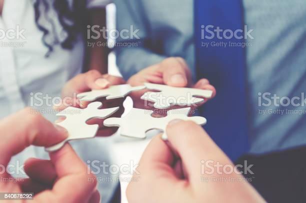 Gruppe Von Geschäftsleuten Die Halten Ein Jigsaw Puzzleteile Stockfoto und mehr Bilder von Abmachung
