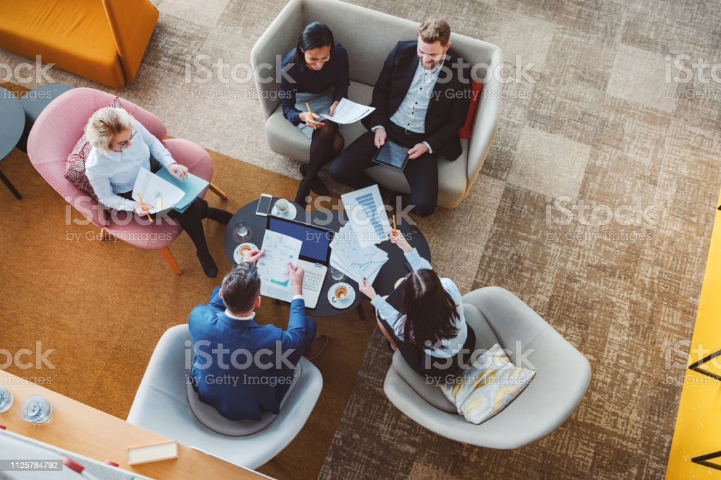 Group of business people in office cafeteria - Стоковые фото Архитектура роялти-фри