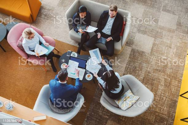 Group Of Business People In Office Cafeteria — стоковые фотографии и другие картинки Архитектура