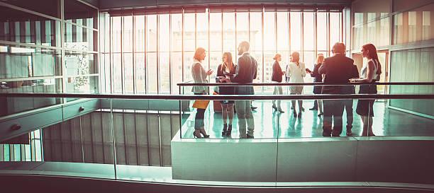 Groupe de gens d'affaires dans le bureau hall du bâtiment - Photo