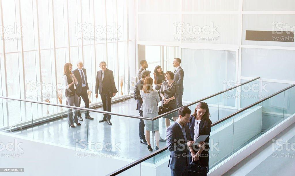 Gruppe von Geschäftsleuten im Büro-Gebäude – Foto