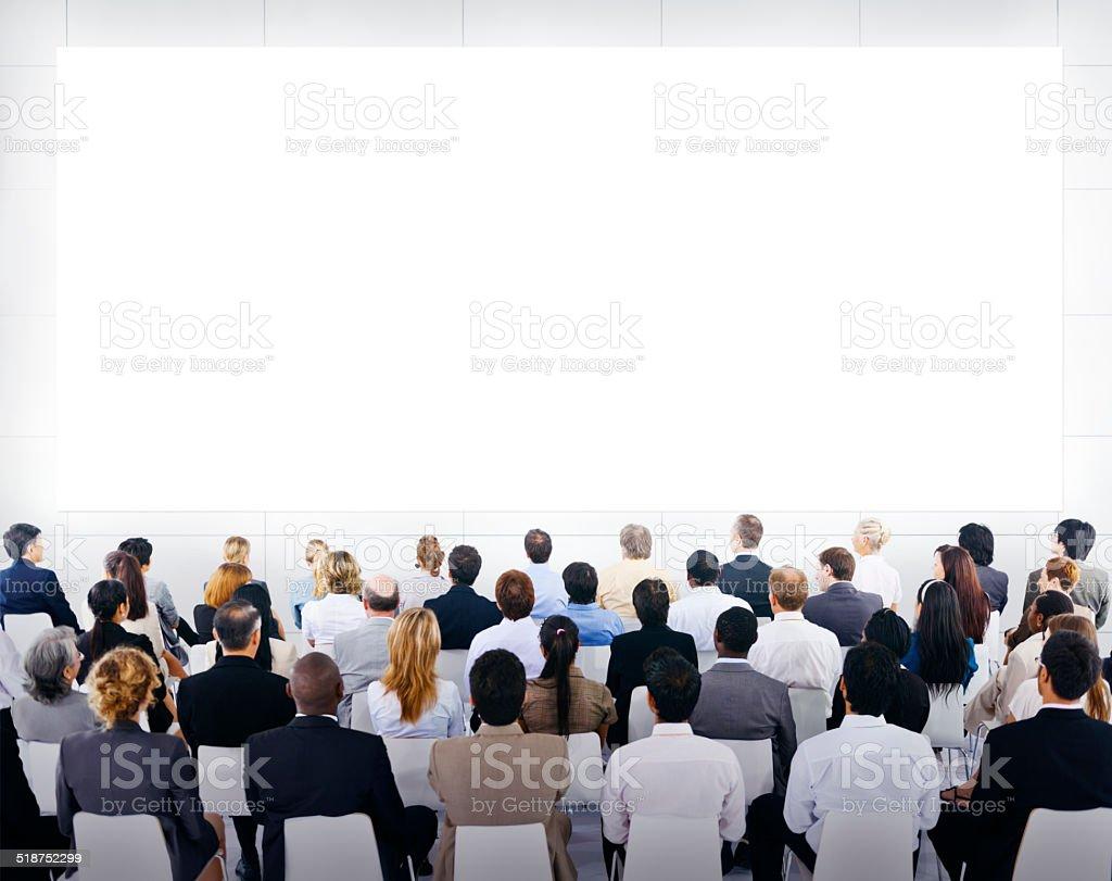 Grupo de pessoas de negócios olhando em branco apresentação - foto de acervo