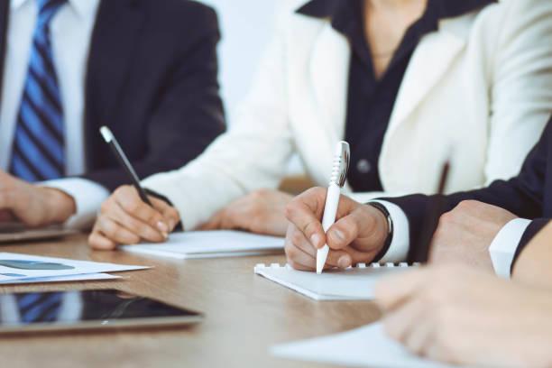Gruppe von Geschäftsleuten oder Anwälten arbeitet zusammen bei der Begegnung im Amt, Händen mit Tablet und Notizen aus nächster Nähe. Verhandlungs-und Kommunikationskonzept – Foto