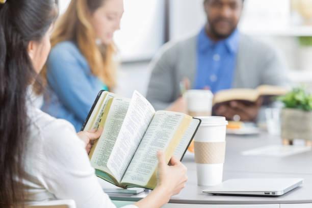 gruppe von geschäftsleuten teilnahme bibelstudium - geführtes lesen stock-fotos und bilder