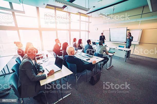 Gruppe Des Business Personen Ein Seminar Büro Bildung Und Stockfoto und mehr Bilder von Klassenzimmer