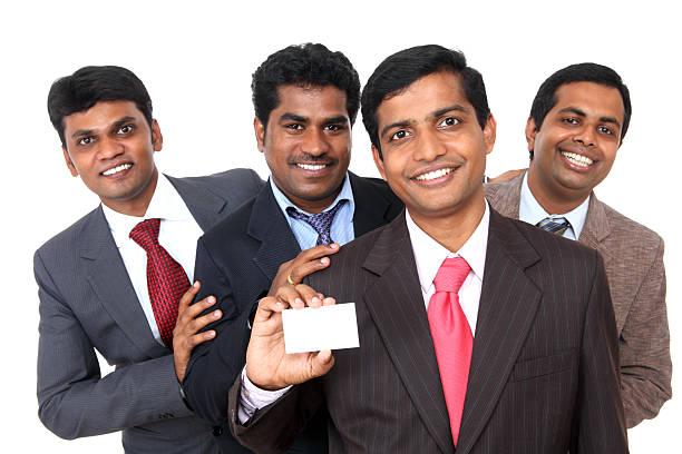 Grupo de pessoas de negócios, mostrando em branco cartão de negócios - foto de acervo