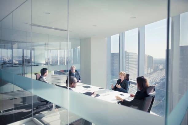 Gruppe von Geschäftsleuten sitzt in Sitzung – Foto