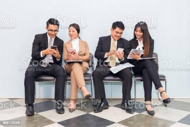 Grupp Av Affärsmän Som Använder Enheten I Paus-foton och fler bilder på Affärsmänniska