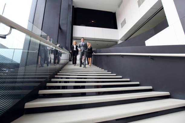 Gruppe von Geschäftsleuten, die zu Fuß in der Treppe – Foto