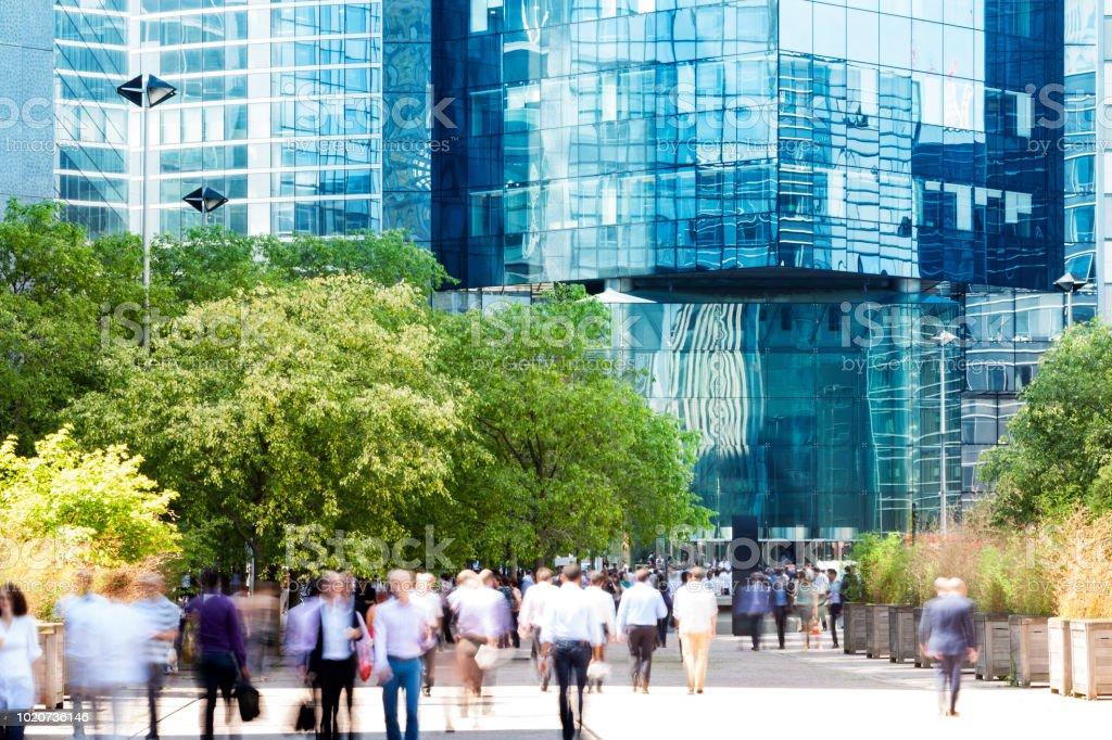 Gruppe von Geschäftsleuten, die zu Fuß in Richtung Eingang Bürogebäude, La Défense, Paris, Frankreich – Foto