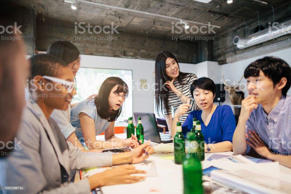 ビールを持ちながら働くビジネス人々 のグループ ストックフォト
