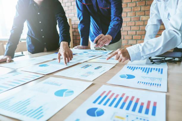 ビジネスチーム会議の取り組みと新しいビジネスプロジェクトのブレーンストーミング - 戦略 ストックフォトと画像