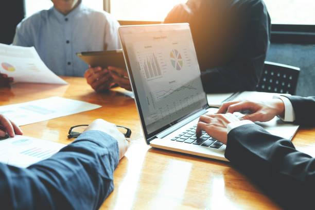 チーム会議作業のグループのビジネスや新しい事業をブレーンストーミング - パソコン ストックフォトと画像