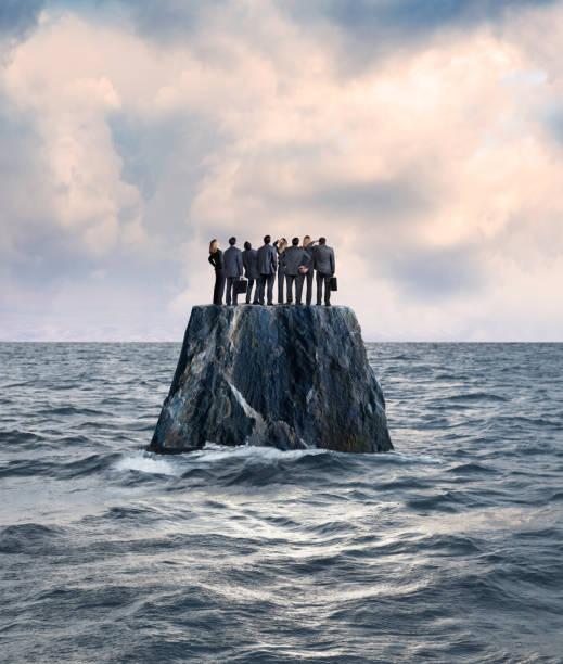 grupp av affärsman och affärskvinna stå på isolerad ö i havet - grundstött bildbanksfoton och bilder