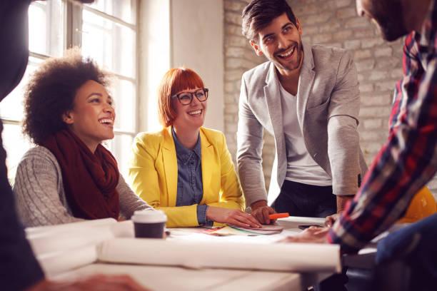 Gruppe von Geschäftsmann und Geschäftsfrau Team geben Daumen nach oben Zeichen des Erfolgs Business Teamwork – Foto