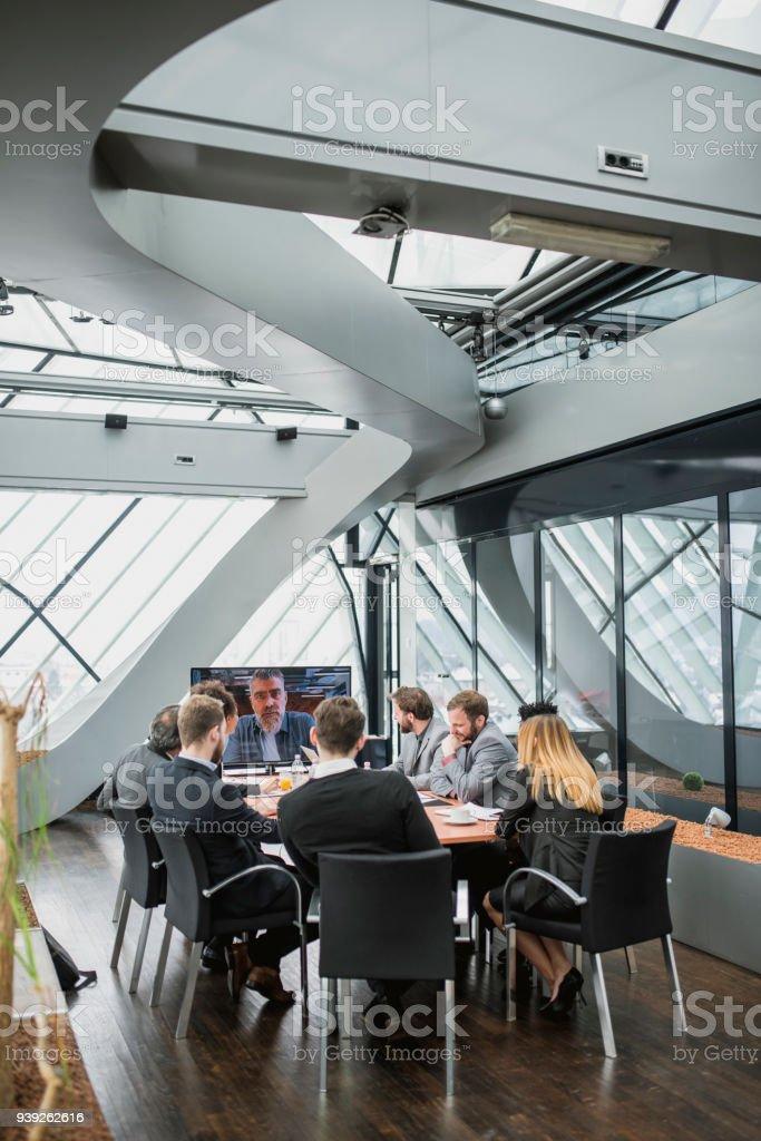 Gruppe von Geschäftsleute eine Videokonferenz mit ihren Geschäftspartner – Foto