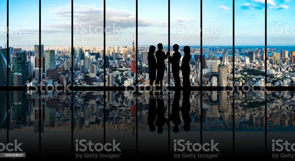 Grupo de empresário na frente da paisagem urbana. foto de stock royalty-free