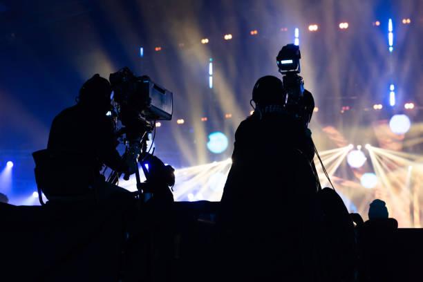 eine gruppe von kameraleuten arbeiten während des konzerts. - film oder fernsehvorführung stock-fotos und bilder