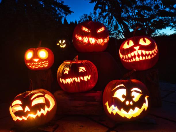キャンドルライトハロウィーンカボチャのグループ - halloween ストックフォトと画像