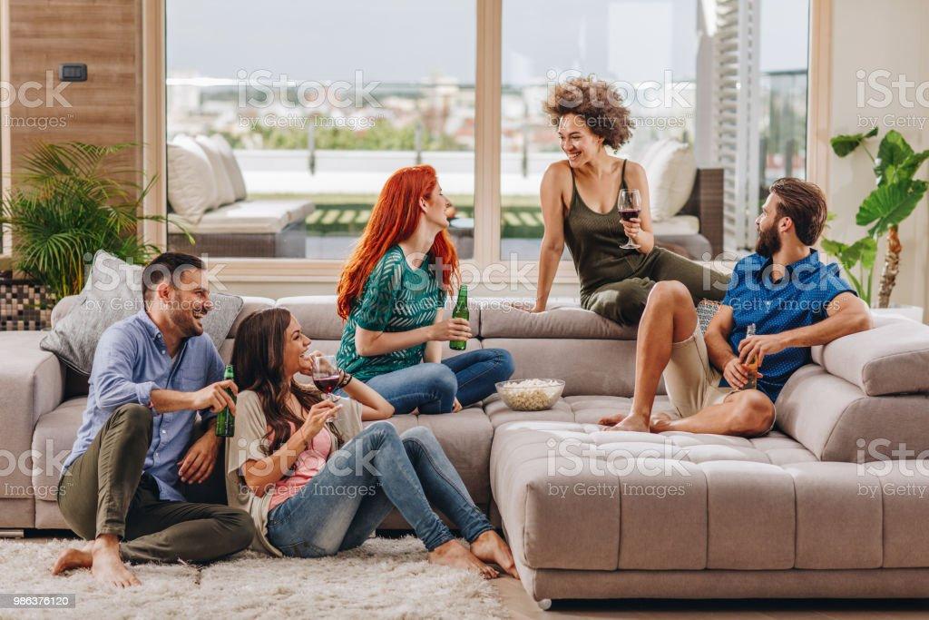Gruppe Von Fröhlichen Freunden Spaß Beim Gespräch In Die Wohnzimmer