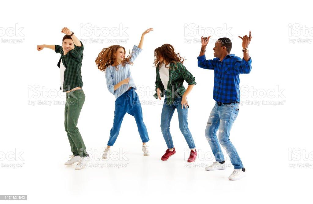 grupo de homens e de mulheres alegres dos jovens isolados no fundo branco - Foto de stock de Adolescente royalty-free