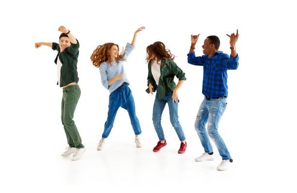 grupo de homens e de mulheres alegres dos jovens isolados no fundo branco - dançar - fotografias e filmes do acervo
