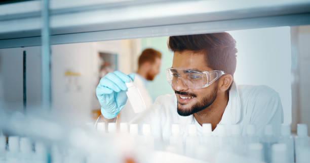 Gruppe von Chemiestudenten, die Arbeiten im Labor – Foto